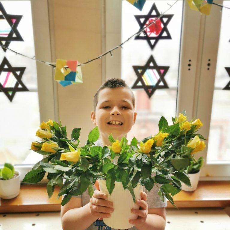 dziecko trzymające róże