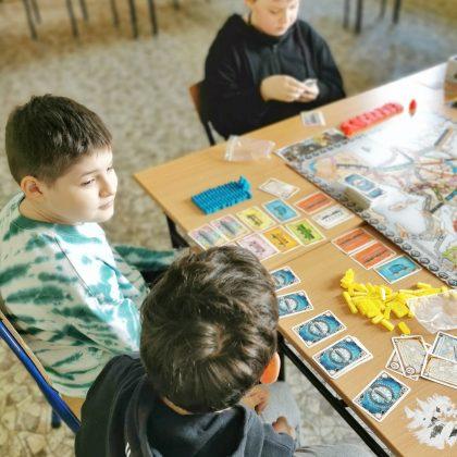 dzieci grające w grę